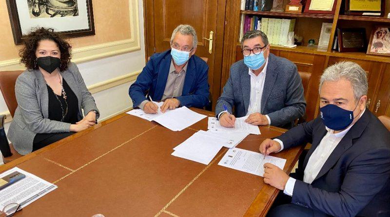 Vélez-Málaga suscribe un acuerdo para la investigación y promoción cultural con Karma Guen y la UMA