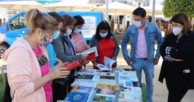 El bibliobús hace parada en Torrox para acercar la lectura entre mayores